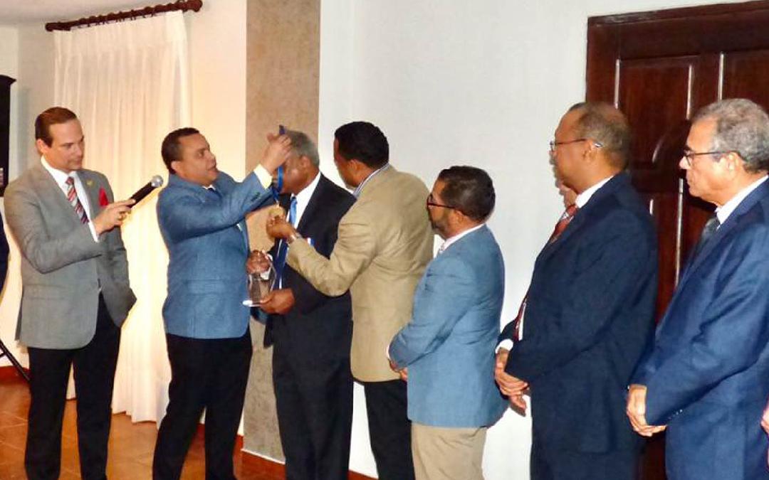 Entrega de Reconocimiento y Medalla de honor al mérito pasado presidente al Dr. Andrés García.